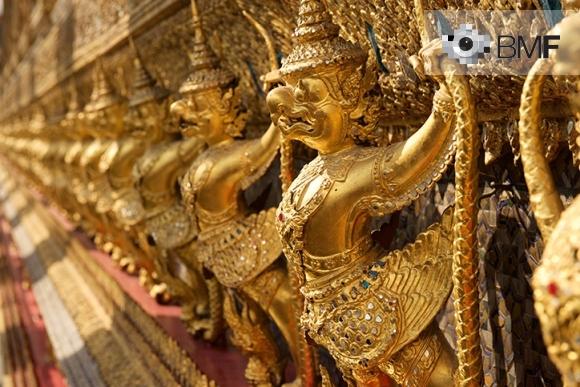 Una filera de figures daurades idèntiques que semblen ocells pel seu bec, amb armadura i acompanyades d'un arma extravagant, adornen el Temple d'Or