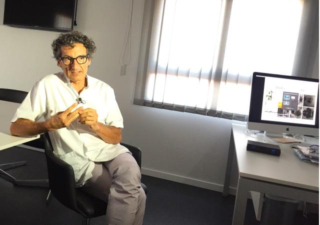 Jordi Monés explica en su consulta algunos detalles de las aplicaciones biomédicas actuales.
