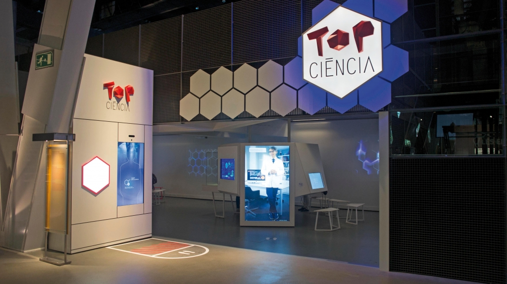 Espai privilegiat. L'exposició ocupa un espai destacat a l'entrada de la secció Top Ciència de CosmoCaixa Barcelona.
